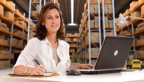 Receptionist al magazzino di distribuzione b immagine stock libera da diritti