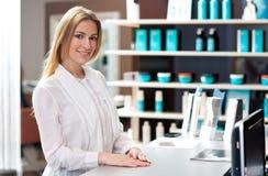Receptionist attraente della donna immagine stock