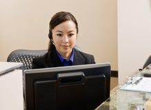 Receptionist con il ricevitore telefonico di telefono Fotografie Stock