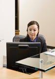 Receptionist con il ricevitore telefonico di telefono Fotografia Stock Libera da Diritti