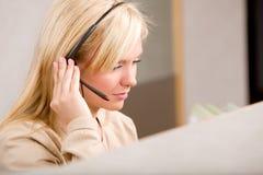 Receptionist con la cuffia avricolare del telefono Immagini Stock Libere da Diritti