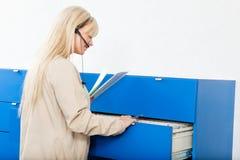 Receptionist con le cartelle sanitarie Fotografie Stock