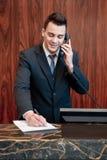Receptionist som svarar appellen Fotografering för Bildbyråer