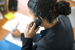 ReceptionistUsing Phone In kontor Arkivfoto