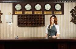 Receptionnist bij tegenbureau van modern hotel royalty-vrije stock afbeeldingen