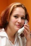 Receptionnist die beantwoordt haar bedrijf? s telefoon Stock Foto