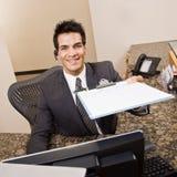 Receptionnist die klembord en pen aanbiedt Stock Foto