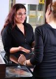 Receptionnist die met een klant spreekt stock fotografie