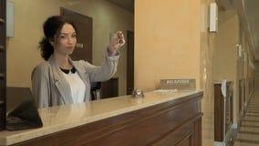 Receptionnist met sleutels van een ruimte in hotel stock footage
