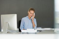 Receptionnist op telefoon royalty-vrije stock fotografie