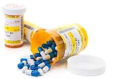 Receptläkarbehandling i apotekpreventivpillersmå medicinflaskor Royaltyfri Bild