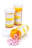 Receptläkarbehandling i apotekpreventivpillersmå medicinflaskor Fotografering för Bildbyråer