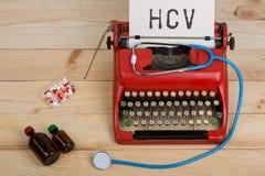 Receptmedicin eller medicinsk diagnos - doktorsarbetsplats med den blåa stetoskopet, piller, röd skrivmaskin med text HCV royaltyfria bilder