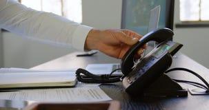 Receptor colocando executivo do telefone na mesa no escritório 4k filme