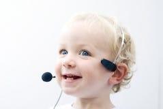 Receptor de cabeza del teléfono del muchacho que desgasta joven Foto de archivo libre de regalías