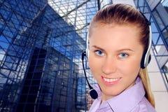 Receptor de cabeza que desgasta de la mujer en oficina; podría ser la recepción Imagenes de archivo