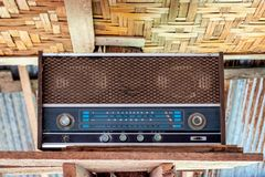 Receptor de rádio de madeira velho obsoleto imagem de stock