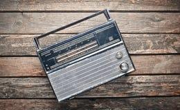 Receptor de radio a partir de los años 70 en un fondo de madera rústico Fotos de archivo