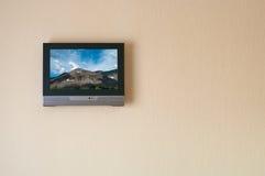 Receptor de televisión de cristal líquido en la pared imagen de archivo libre de regalías