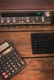 Receptor e calculadora do vintage em um fundo de madeira fotografia de stock