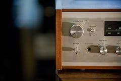 Receptor estereofônico do vintage no armário de madeira imagem de stock royalty free