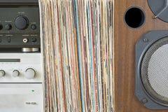 Receptor retro, pilha do amplificador de registros de vinil perto do orador sadio fotos de stock royalty free