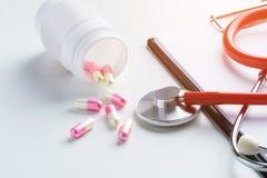 Recepturowy Medyczny, medycyna stetoskop, i pigułki, strzykawka, i Fotografia Stock