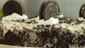 Receta de la torta del crep? de Oreo almacen de metraje de vídeo