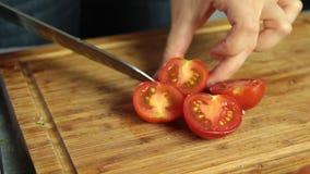Receta de la tortilla de la cocina casera - manos de la mujer que cortan el tomate almacen de metraje de vídeo