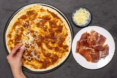 Receta del capriciosa de la pizza en piedra gris foto de archivo