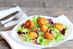 Receta frita curruscante de las bolas de la patata Diríjase las bolas fritas del puré de patata con las semillas de calabaza serv Fotos de archivo libres de regalías