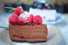 Receta oscura del pastel de queso del chocolate de la frambuesa Fotos de archivo