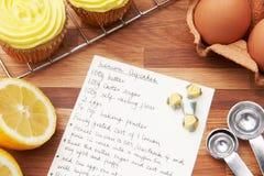 Receta para las magdalenas del limón con los ingredientes Fotos de archivo libres de regalías