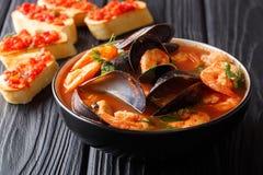 Receta tradicional para la sopa francesa de las bullabesas con los mariscos imagenes de archivo