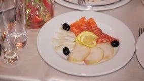 Recetas de color salmón, corte del pescado en una placa almacen de metraje de vídeo