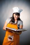 Recetas de la lectura del cocinero de la mujer Imagenes de archivo