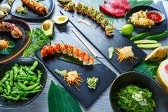 Recetas variadas del sushi de Japón del asiático con las algas imagen de archivo