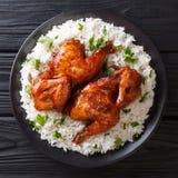 Recette authentique de poulet indonésien cuite au four en ail, soja, genièvre images stock
