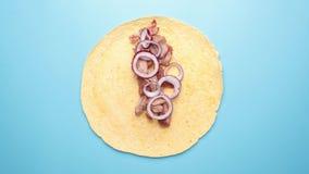 Recette de burrito savoureux avec de la viande, oignon, sauce banque de vidéos