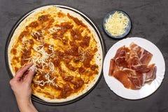Recette de capriciosa de pizza sur la pierre grise photo stock