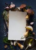 Recette de champignon ; automne faisant cuire le fond ; porcini organique MU image libre de droits