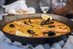 Recette de Paella pour deux dans la casserole traditionnelle, recette de méditerranéen Images libres de droits