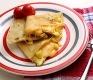 Recette de quiche ou de petit pain de fromage de maïs avec la tomate du plat photographie stock