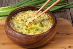 Recette ethnique traditionnelle de restaurant de soupe à baisse d'oeufs Photos stock