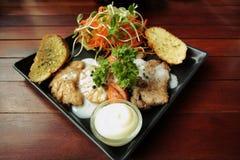 Recette grillée de biftecks, de saucisse, de pain à l'ail et de salade Image stock