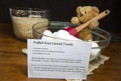 Recette pour les festins soufflés de céréale de riz photographie stock libre de droits
