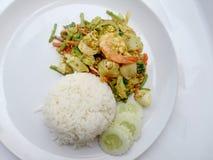 Recette thaïlandaise de cari de crabe - la crevette de cari et le calmar mis le feu, fruits de mer de mélange avec le légume de m Image stock
