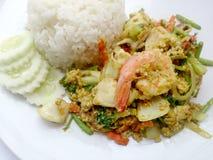 Recette thaïlandaise de cari de crabe - la crevette de cari et le calmar mis le feu, fruits de mer de mélange avec le légume de m image libre de droits