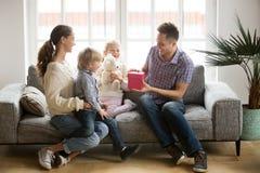 Recevant le présent sur le concept de jour de pères, la famille badine le congratula photo stock