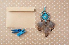 Receveur de rêve de brun bleu et enveloppe de papier d'emballage Image libre de droits